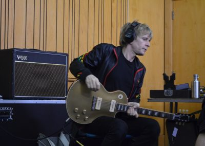 guitarrist at the recording